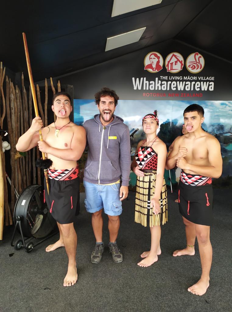 Fotografia di gruppo con il viaggiatore del mese e dei Maori in abiti classici, dopo uno spettacolo di balli tipici a Rotorua, NZ.
