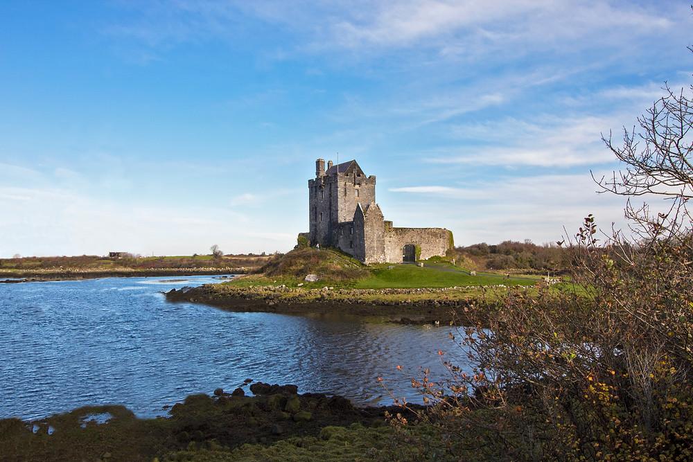 Scorcio sul castello di Dunguaire, a Kinvara, in Irlanda. I castelli sono tra i fiori all'occhiello di questo stato.