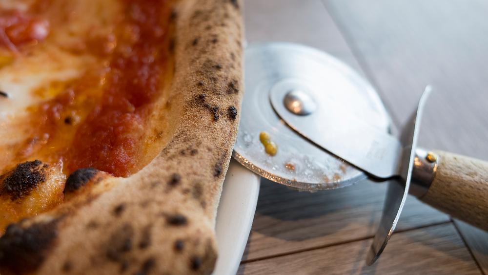 Scatto nel dettaglio sul cornicione di una pizza. Immagine presa dal web