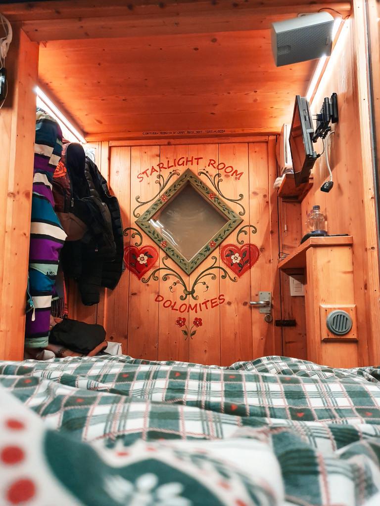 La nostra stanza vista dall'interno. Adoro il legno, classico dettaglio da stanza di montagna.
