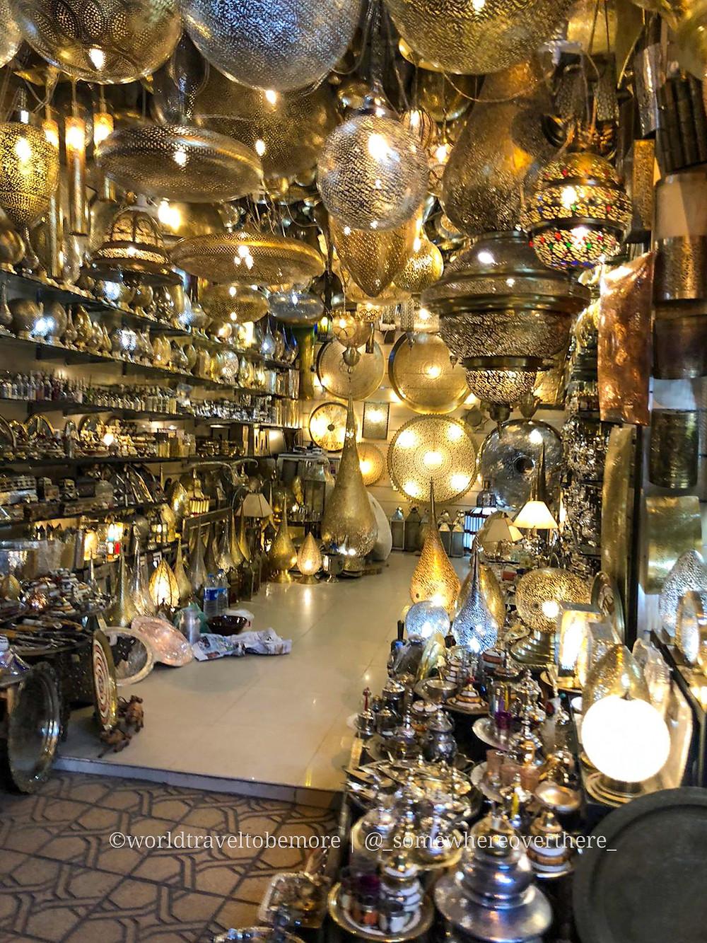 Souk di lampade e lampadari durante il viaggio di una settimana in Marocco: Marrakech.