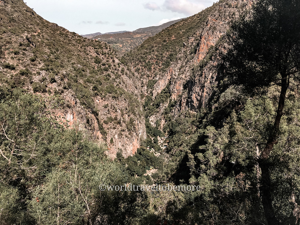 Montagne del rif, panoramica dei versanti durante un trekking verso il Ponte di Dio. Escursione in giornata da Chefchaouen, Marocco