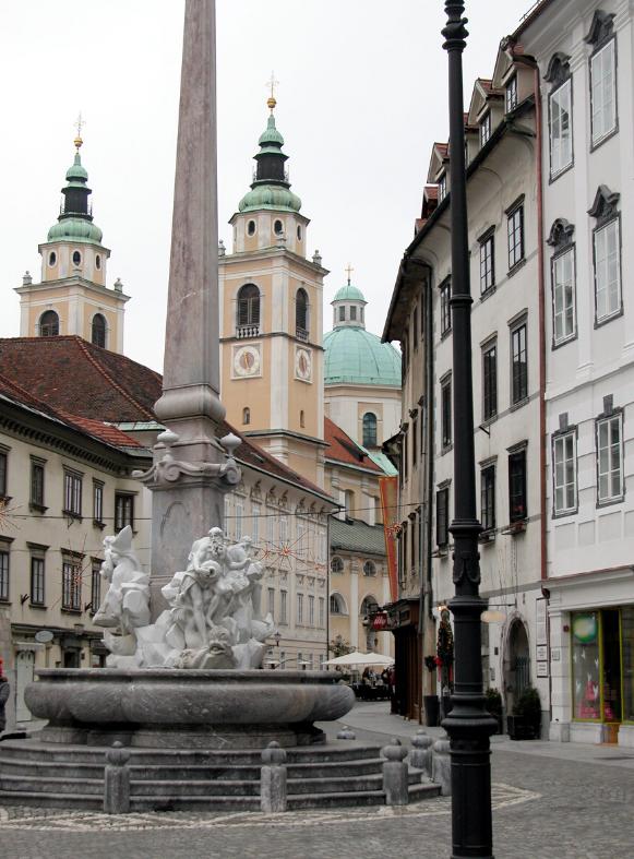 Lubiana, capitale della Slovenia. Basta una passeggiata per il centro cittadino per respirare aria di vacanza, in una città che ha molto da offrire.