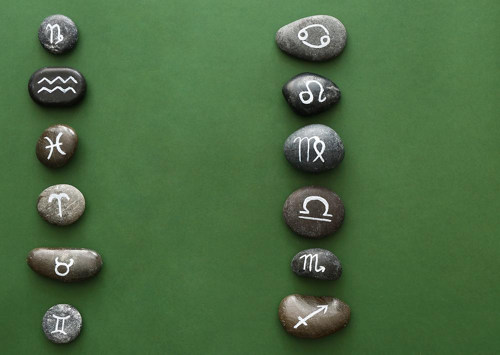 Pannello verde con Rune celtiche. Ogni sassolino ha disegnato in bianco un segno zodiacale. Immagine presa dal web