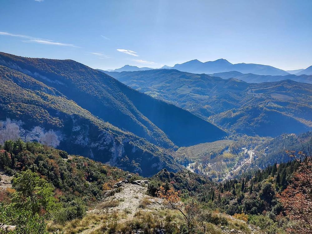 Panoramica sul percorso durante un trek alla Gola del Furlo, Marche.