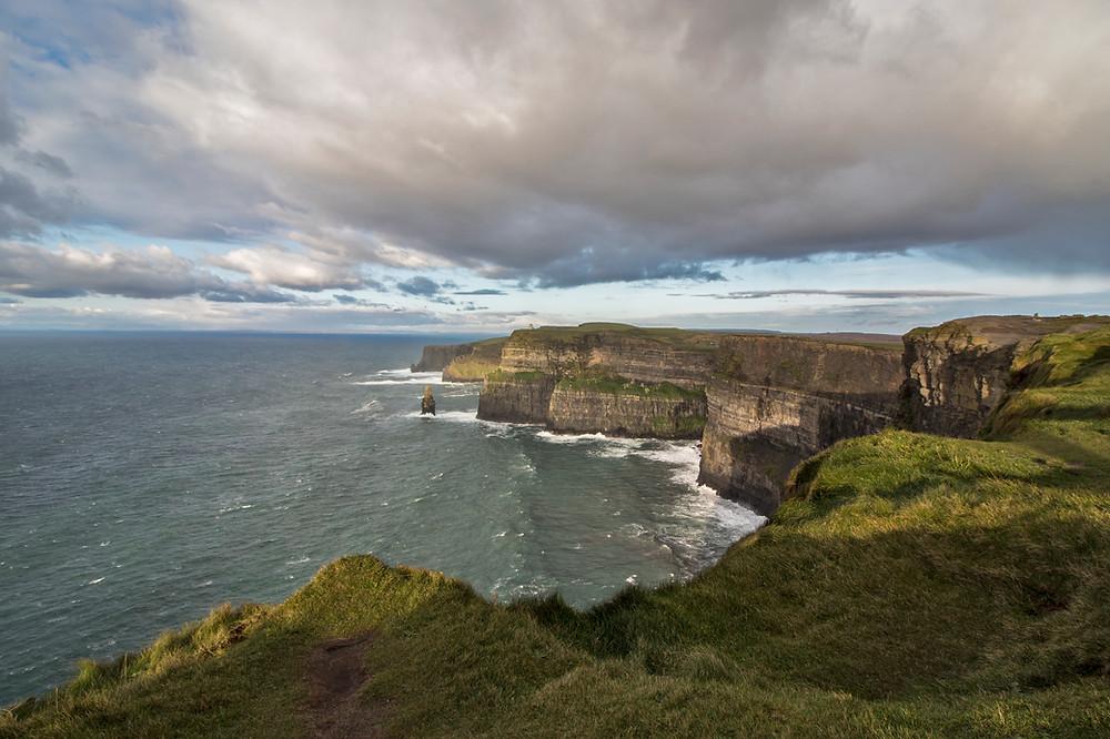 Fotografia suggestiva delle scogliere mozzafiato più famose della Repubblica d'Irlanda (e d'Europa), le bellissime Cliff Of Moher, della contea di Claire.