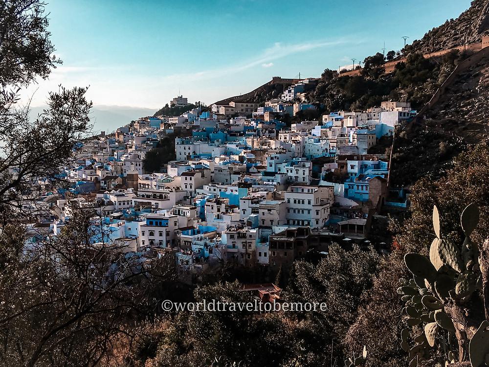Le casette bianche e blu tipiche di Chefchaouen, la Perla blu del Marocco, incastonate nelle montagne della regione del Rif, Marocco.