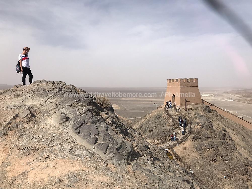 La viaggiatrice del mese in una delle sezioni della Grande Muraglia, Cina.