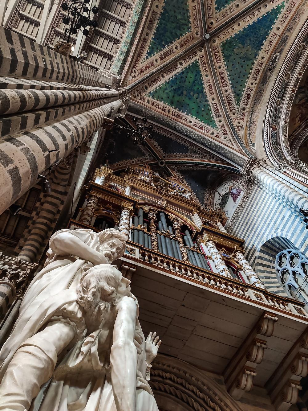 Scatto dentro al Duomo di Orvieto, proprio sotto una delle colonne più vicine all'abside. Sguardo rivolto al soffitto verde smeraldo.