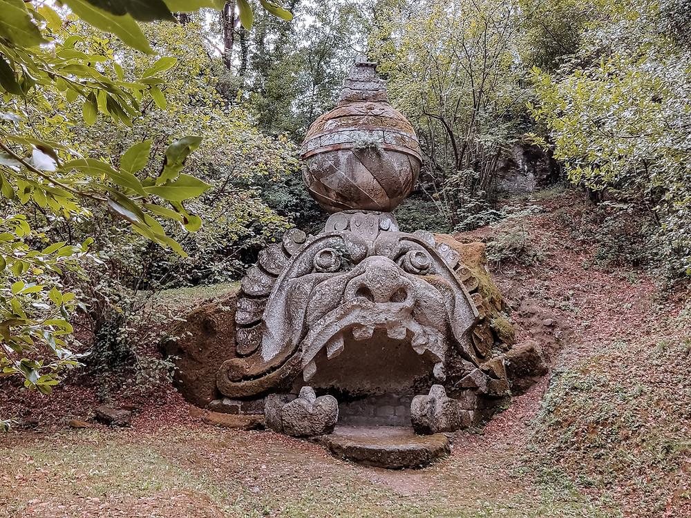 La statua della testa di Proteo Glauco al Sacro Bosco. Foto di Traveltobemore