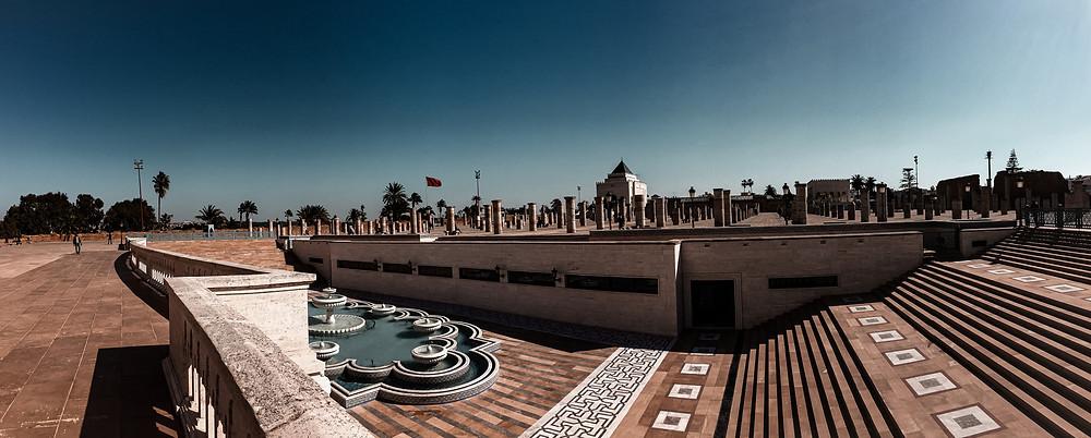 Il piazzale davanti alla Torre di Hassan II a Rabat, in secondo piano le colonne mai finite.