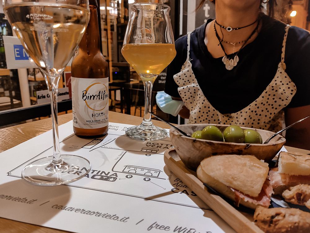 Aperitivo con calice di vino e birra artigianale presso il Duomo di Orvieto.