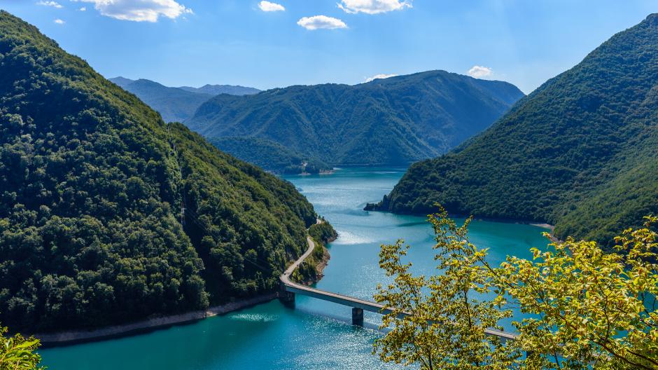 Gli amanti del viaggio fai-da-te in macchina non vorranno perdersi la vista da questa strada, una panoramica sulla natura di Montenegro, nei Balcani.