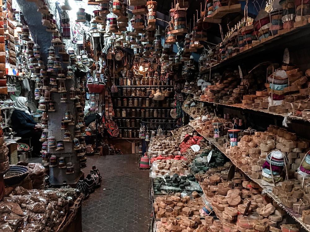 Negozietto a Chefchauoen pieno di saponi profumi olii e creme. worldtraveltobemore.com