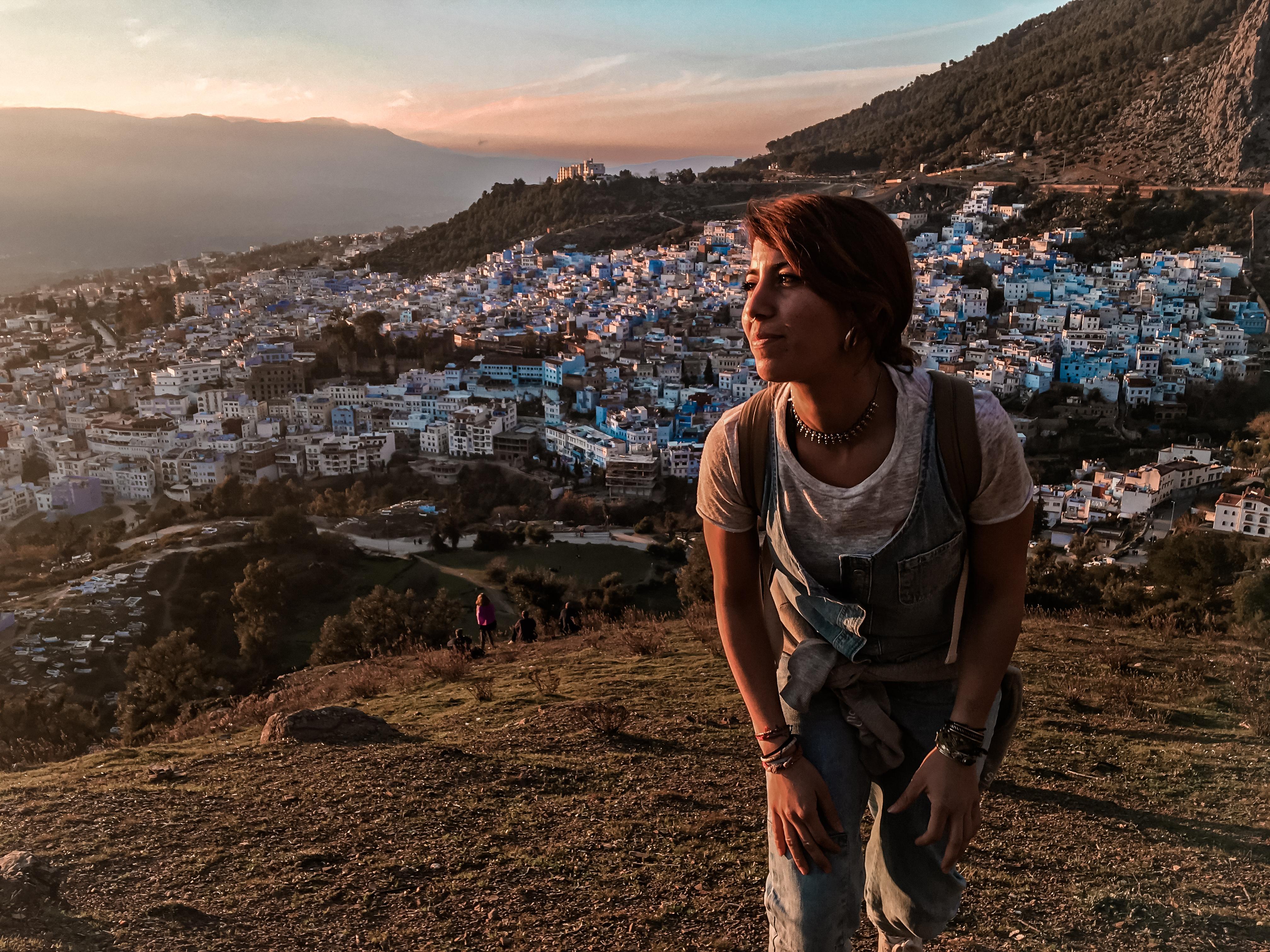 Alle mie spalle la città azzurra di Chefchaouen, in Marocco. Il tramonto colora il paesaggio d'aranc