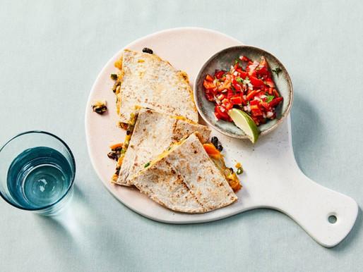 Quesadilla's met zwarte bonen, pompoen en paprikasalsa