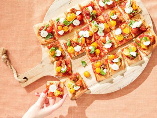 Mini-pizza's met tomaat, mozzarella en basilicum