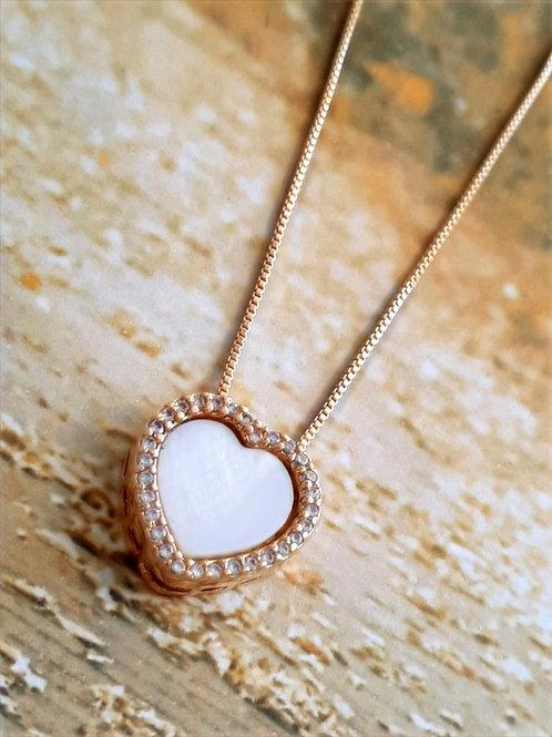 Colar Coração em Madre Pérola Sintética com Zircônias Cravejadas ao Redor
