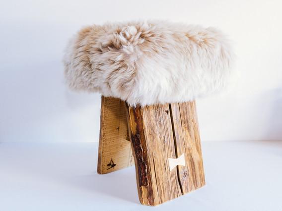Tabouret bois et peaux par Sophia Adroguer