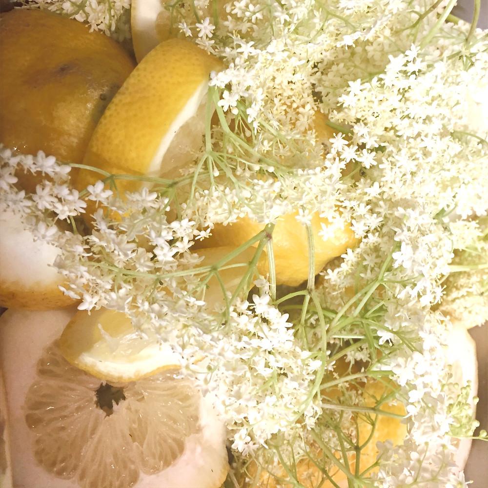 Flores de saúco frescas y limones cortados en rodajas anchas son la base