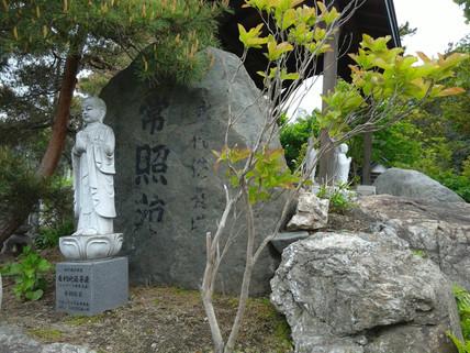 合同墓の周りを囲む仏達