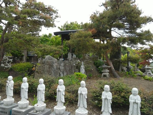 合同墓を見護る様な小仏