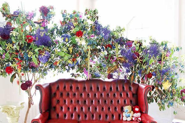 カラフルな南国の会場装花で、エキゾチックを表現