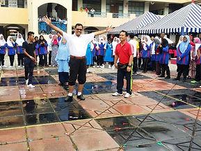 Sebahagian pelajar SMK Pekan Baru teruja bermain permainan Bom Belon bersama-sama guru-guru