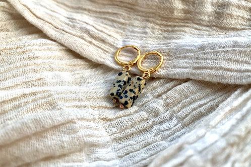 Gouden oorbellen met gevlekt zwart/greige natuursteen