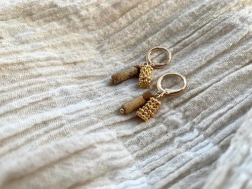 Gouden oorbellen met bruin natuursteen