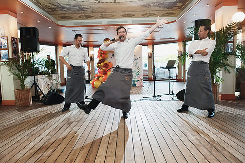 Поющие официанты на Ласточке.jpg