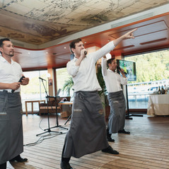 Официанты которые поют.jpg