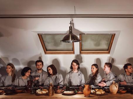 Театральный и гастрообозреватель GQ сходили на иммерсивный ужин «Зеркало Карлоса Сантоса»