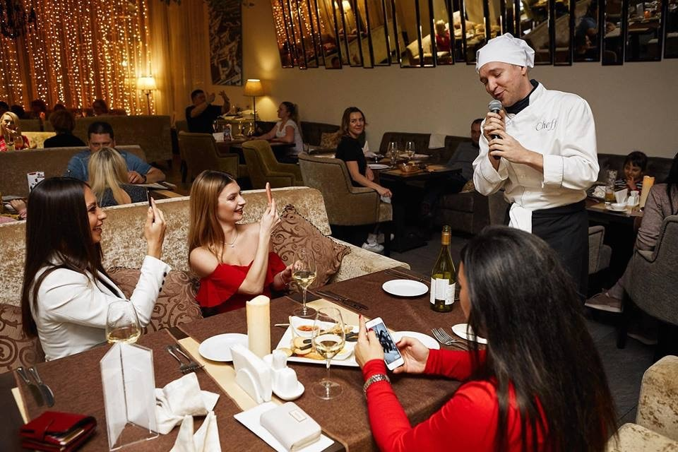 Поющие официанты.JPG