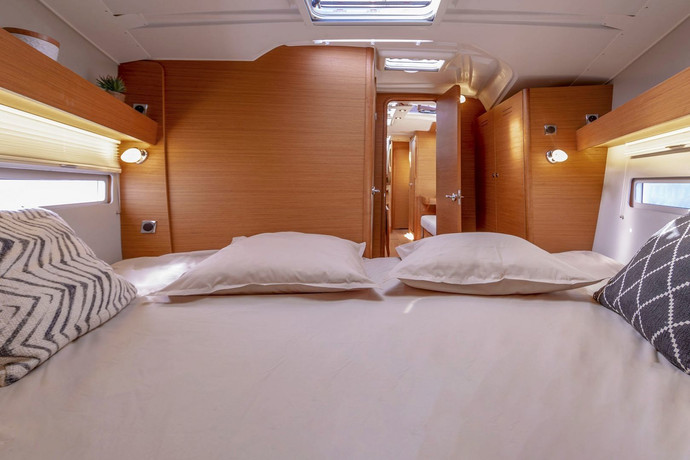 dufour_390_interior_master_cabin.jpg