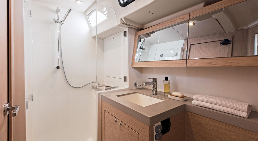 Beneteau-oceanis51.1_interior_bathroom.j