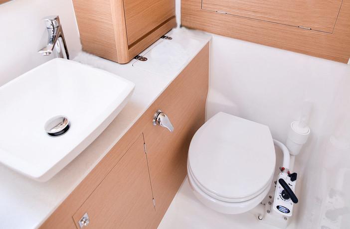 dufour_390_interior_bathroom_light_oak_w
