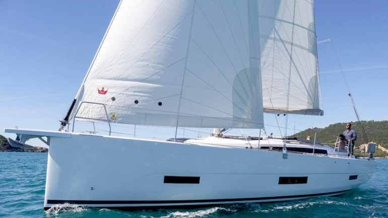 Dufour_390_exterior_sailing.jpg
