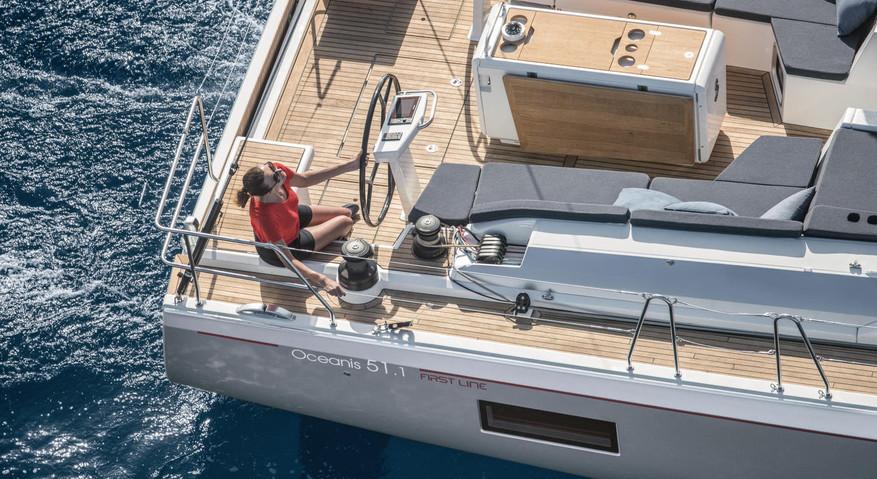 Beneteau_oceanis51_1_sailing_woman.jpg