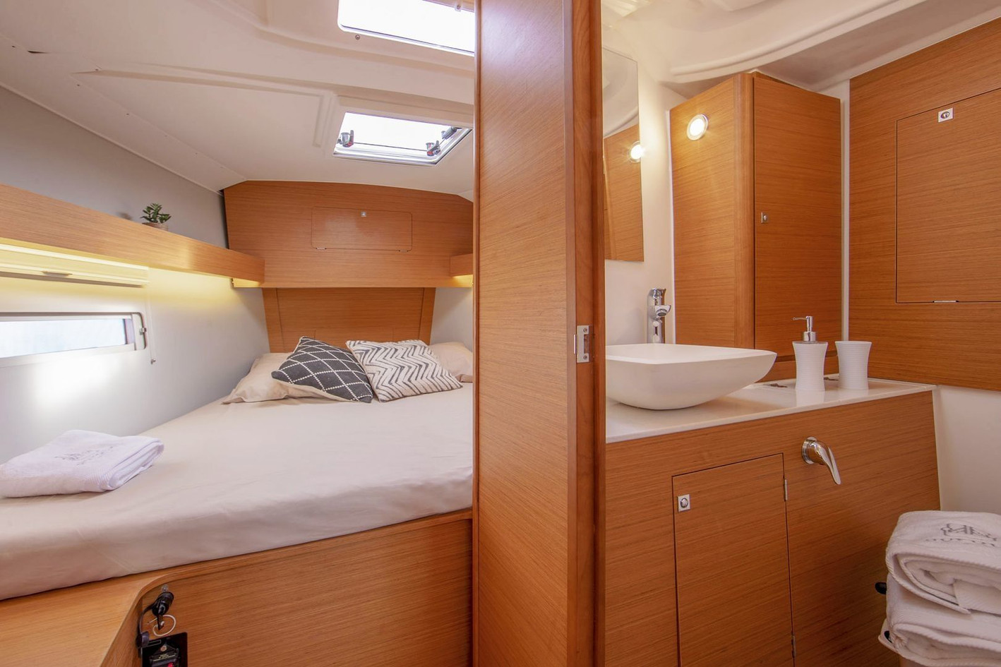 dufour_390_interior_master_cabin_with_ba