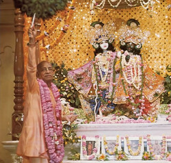 Srila-Prabhupada-offers-the-first-aroti-to-Sri-Sri-Krisna-Balarama-in-Vrindavan-1024x975