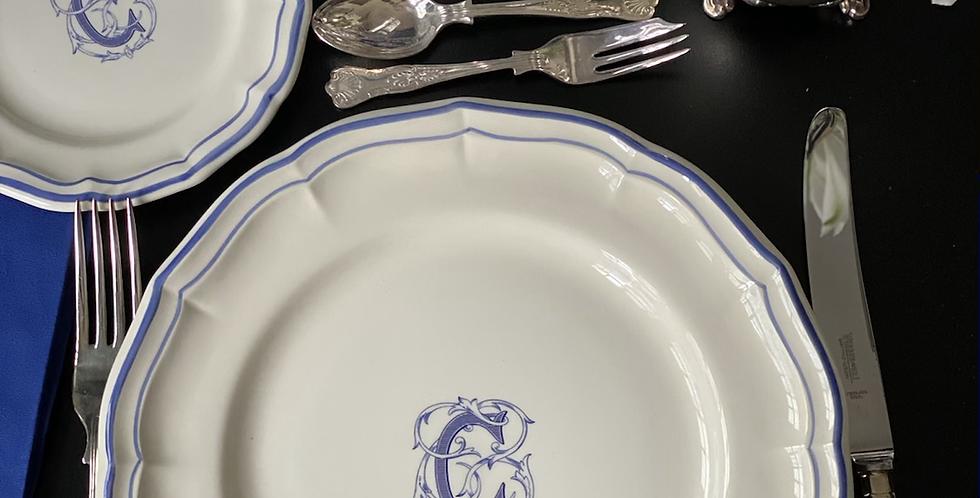 """Plato llano, cerámica de Gien,  con borde azul, monograma """"C""""  , 26 cm"""