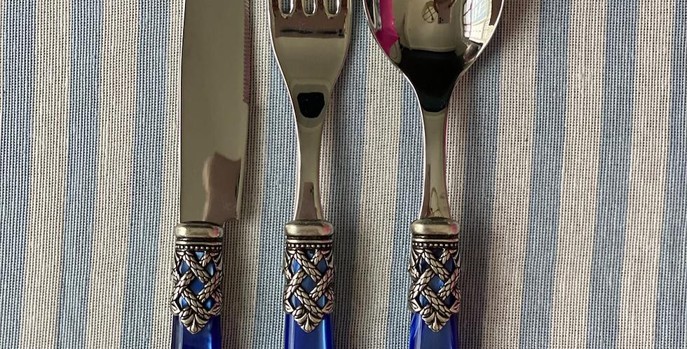 24 piezas, servicio para 6 comensales incluye cucharita postre