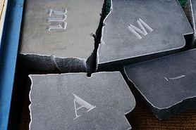 Grabsteinfragmente mit Schriftzeichen