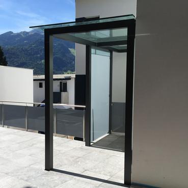 Glasvordach mit Windschutz