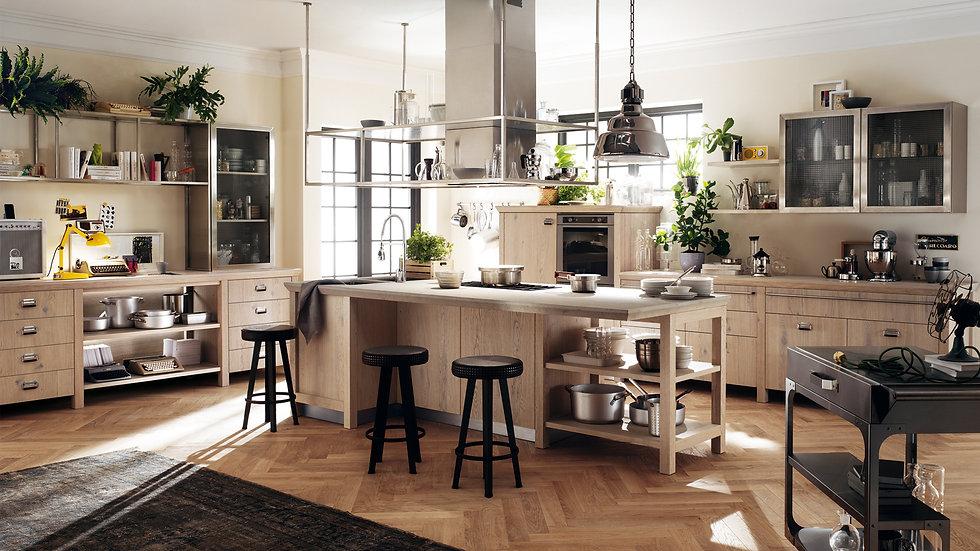 Давайте жить вместе! Ключевой особенностью кухни является центральная стойка со столешницей Sahara Gris Okite и стальной вытя