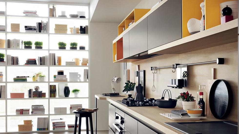 На заднем плане композиции Foodshelf система стен «Fluida»