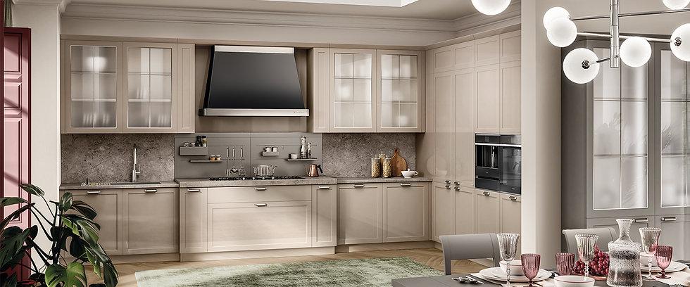 Кухня в традиционном стиле с интересными техническими акцентами: конфорками в линию, интегрированными в столешницу из мрамора