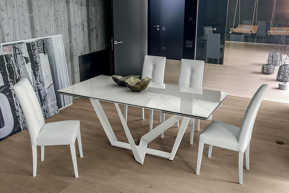 Белый кухонный стол и стулья к нему