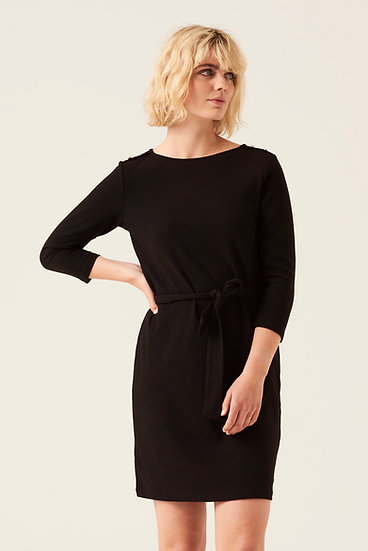 Petite robe noire avec détails sur épaules